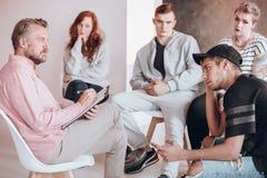 Terapeuta que habla con el adolescente Foto de archivo