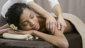 Terapeuta que hace masaje metrajes