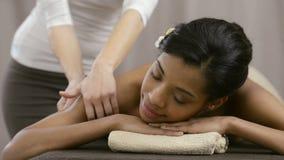 Terapeuta que hace masaje almacen de metraje de vídeo