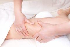 Terapeuta que hace masaje anti de las celulitis Fotografía de archivo libre de regalías