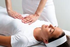 Terapeuta que pressiona com mãos na caixa da mulher na sessão do reiki imagens de stock