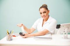 Terapeuta que recibe el pago en un balneario Fotografía de archivo libre de regalías