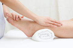 Terapeuta ręki masuje żeńską stopę Fotografia Stock