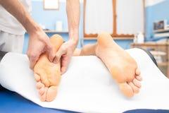 Terapeuta ręki masuje męską stopę fotografia stock