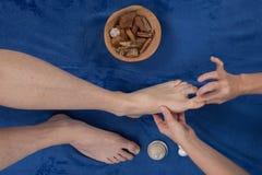 Terapeuta robi refleksologia masażowi man stopa Fotografia Stock