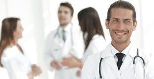Terapeuta sonriente del doctor en fondo borroso Foto de archivo