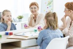 Terapeuta y niña de discurso fotografía de archivo libre de regalías