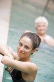 Terapeuta y paciente mayor en piscina hidráulica Fotografía de archivo