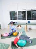 Terapeuta z dzieciakami fotografia royalty free