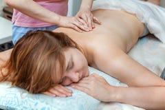 Terapeuthand som gör massage royaltyfria bilder