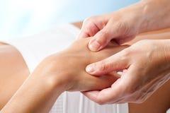 Terapeutisk handmassage royaltyfria foton