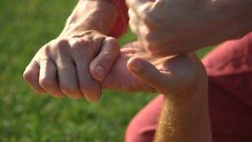 Terapeutisk massage av det manliga handslutet upp stock video
