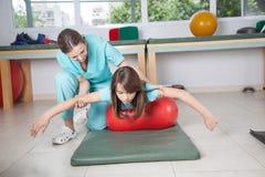 Terapeutkvinna med flickan i rehab Royaltyfria Foton