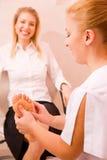 Terapeuts händer som masserar den kvinnliga foten Royaltyfria Bilder
