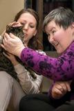 Terapia assistita animale per la donna disabile di a mentalmente - immagine stock