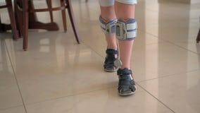 Terapia con el estímulo eléctrico funcional Sistema del descenso del pie del niño que lleva almacen de metraje de vídeo