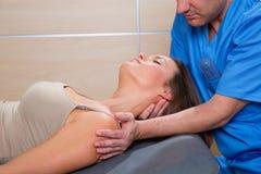 Terapia d'allungamento cervicale con il terapista nel collo della donna Fotografie Stock Libere da Diritti