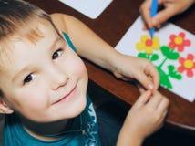 terapia da argila terapia do plasticine um menino esculpe figuras da argila o professor ajuda-o Fotos de Stock