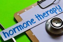 Terapia da hormona no conceito dos cuidados médicos com fundo verde fotos de stock