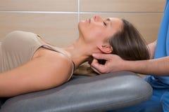 Terapia da massagem de Suboccipital à mulher com mãos do doutor fotografia de stock royalty free