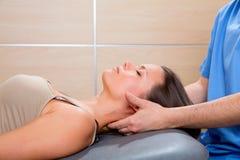 Terapia da massagem de Suboccipital à mulher com mãos do doutor foto de stock
