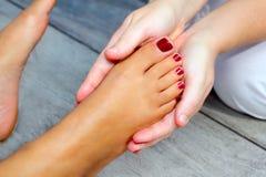 Terapia da massagem dos pés da mulher de Reflexology fotos de stock