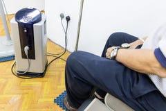 Terapia de alta tensão de recepção paciente do elétron que senta-se na folha da isolação foto de stock