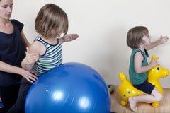 Terapia de la bola con los niños Imágenes de archivo libres de regalías