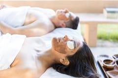 Terapia de refrescamento para pares da lua de mel imagem de stock