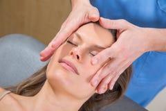 Theraphy de relaxamento da massagem facial na cara da mulher imagens de stock