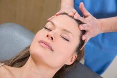 Theraphy de relaxamento da massagem facial na cara da mulher fotos de stock