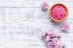 Terapia del aroma con fragancia rosada de la flor y sal del balneario en el espacio de madera blanco de la opinión de top del fo foto de archivo libre de regalías