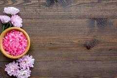 Terapia del aroma con fragancia rosada de la flor y sal del balneario en el espacio de madera de la opinión de top del fondo para foto de archivo