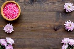 Terapia del aroma con fragancia rosada de la flor y sal del balneario en el espacio de madera de la opini?n de top del fondo para imagen de archivo libre de regalías