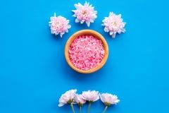 Terapia del aroma con fragancia rosada de la flor y sal del balneario en la opinión superior del fondo azul imagen de archivo