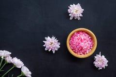 Terapia del aroma con fragancia rosada de la flor y sal del balneario en la opinión superior del fondo oscuro fotos de archivo