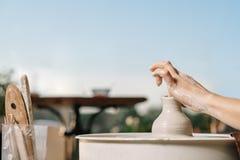 Terapia del arte Las manos de las mujeres hacen un pote de la arcilla en una rueda de alfarero Taller sobre la cerámica imagen de archivo