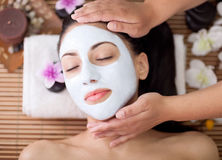 Terapia del balneario para la mujer joven que tiene máscara facial en el salón de belleza Fotografía de archivo libre de regalías