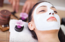 Terapia del balneario para la mujer joven que tiene m?scara facial en el sal?n de belleza Fotografía de archivo libre de regalías