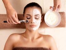 Terapia del balneario para la mujer que recibe la máscara facial Foto de archivo libre de regalías