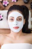 Terapia della stazione termale per la giovane donna che ha maschera facciale al salone di bellezza Fotografia Stock Libera da Diritti