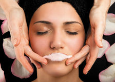 Terapia delle labbra di massaggio della maschera Fotografia Stock