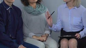 Terapia di conduzione in psicologo esperto con la coppia sposata sul bordo del divorzio stock footage