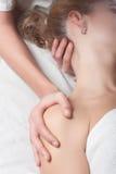 Terapia di dolore al collo Fotografie Stock Libere da Diritti