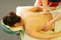 Terapia di massaggio - terapista che dà massaggio posteriore Fotografia Stock Libera da Diritti