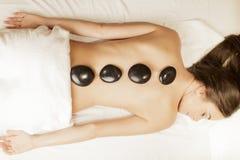 Terapia di pietra calda di massaggio fotografie stock libere da diritti