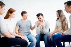 Terapia do grupo na sessão fotos de stock royalty free