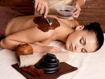 Terapia dos termas para a jovem mulher que recebe a máscara cosmética Fotografia de Stock Royalty Free