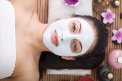 Terapia dos termas para a jovem mulher que tem a máscara facial no salão de beleza Fotos de Stock
