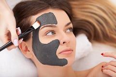 Terapia dos termas para a mulher que recebe a máscara facial imagem de stock royalty free